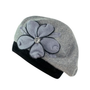 Dzianinowy beret z kwiatem i kamyczkiem