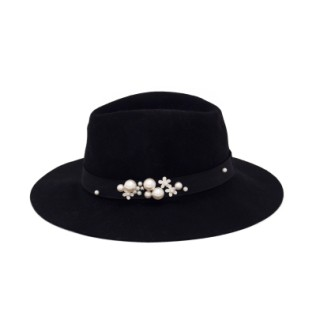 Czarny kapelusz z perełkami